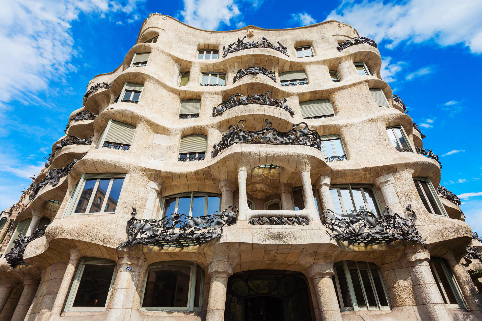 Fachada del edificio modernista La Pedrera o Casa Mila